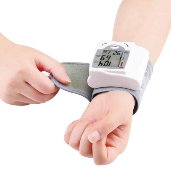 Digitalni merilec krvnega tlaka z LCDjem za merjenje na zapestju 1