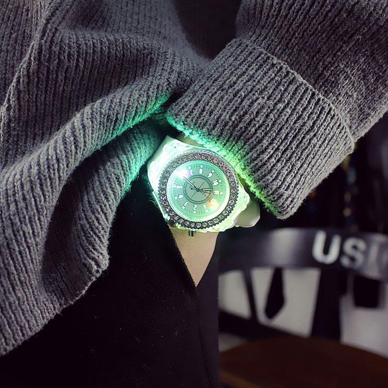 ženska ročna ura s svetlobnimi ledicami