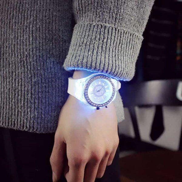 ženska ura ročna quartz bela svetleča