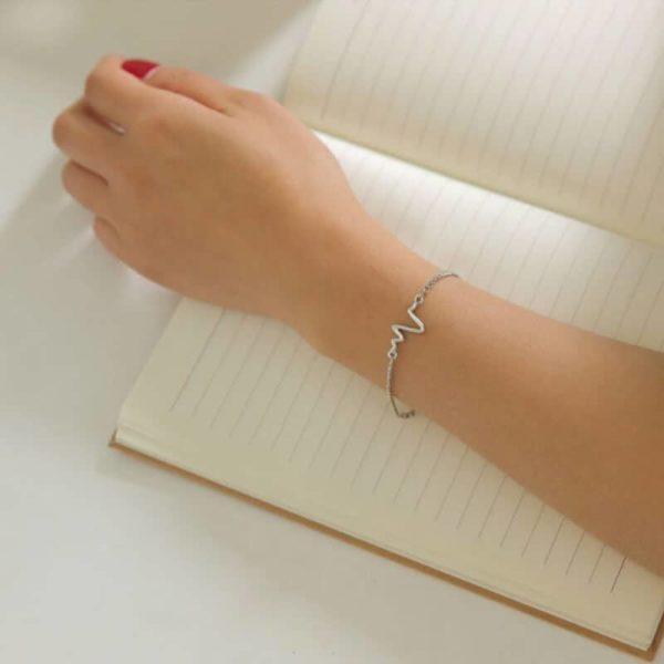 ženska zapestnica srebrne barve z vzorcem življenja