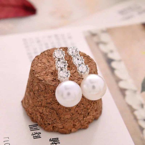 biserni ženski uhani srebrne barve