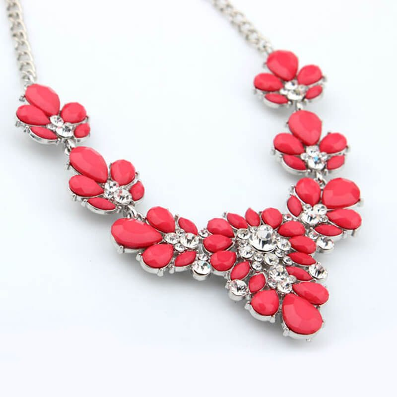 ogrlica rdeče barve z diamanti
