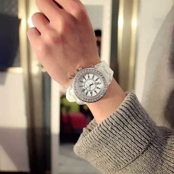 svetleča ženska ura za vse priložnosti