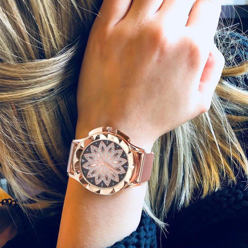 ura ročna na ženski roki