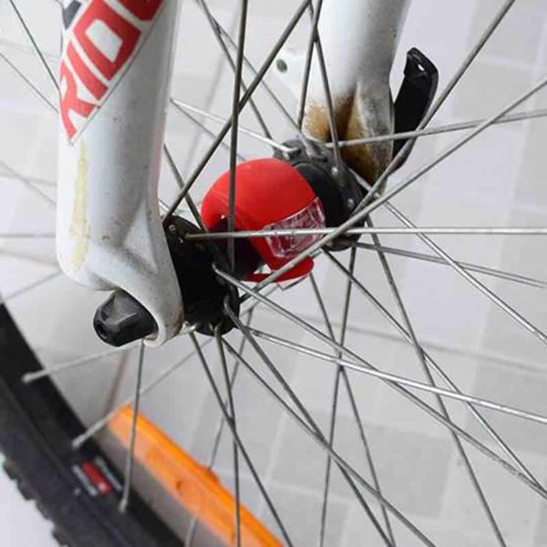 led zadnja luč za kolo na kolesu