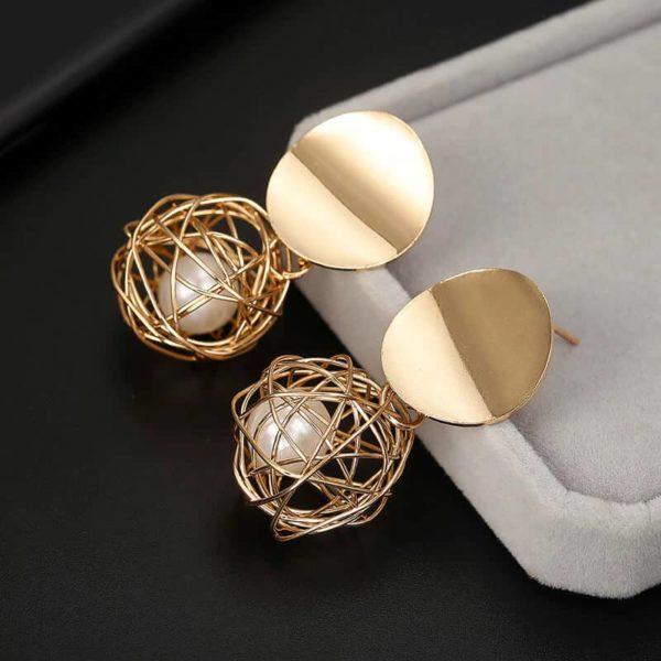 biserni uhani zaprti v krogu zlate barve