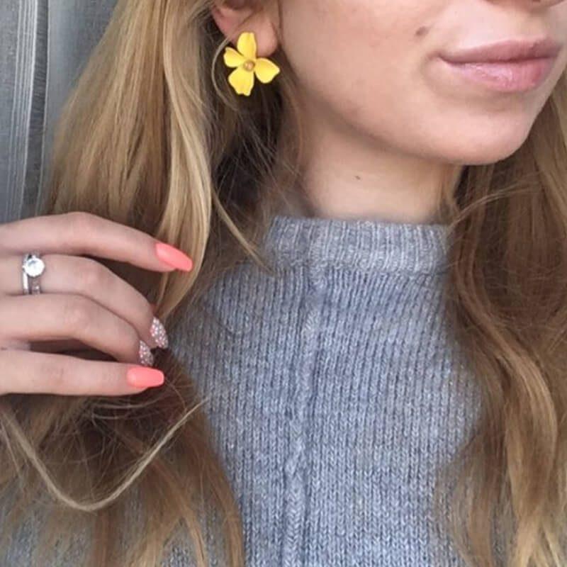 elegantni ženski uhani v obliki rože