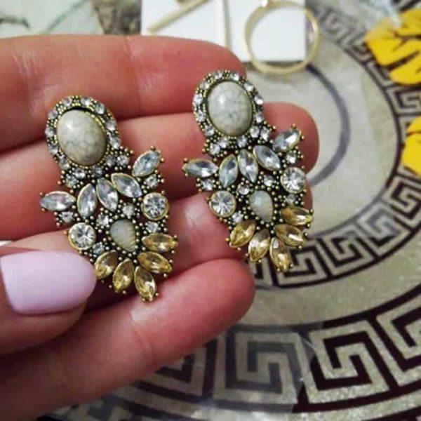 prelepi kristalni zhani v obliki sovzice z lepim diamantom na vrhu