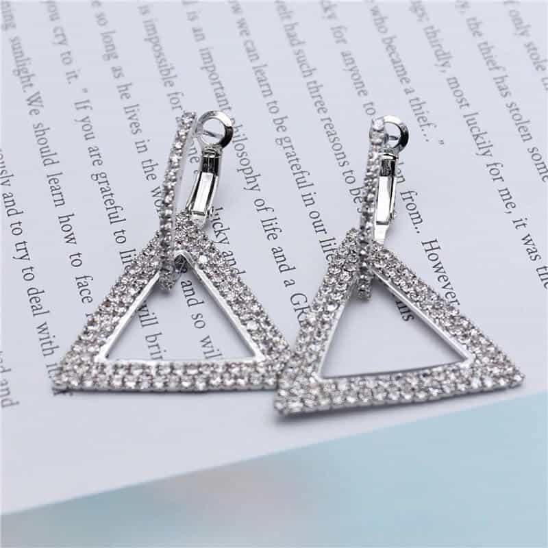 srebrni uhani trikotni z diamanti