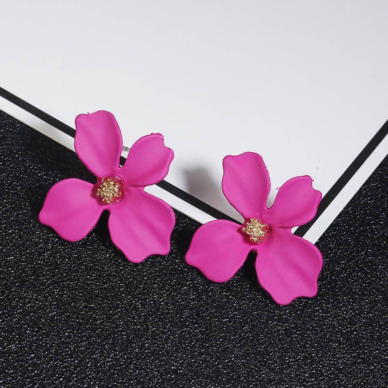 uhani v obliki rože roza barve