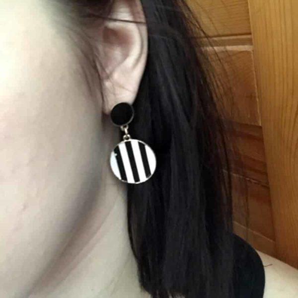 viseči uhani z črnimi in belimi črtami ter zlato kovino