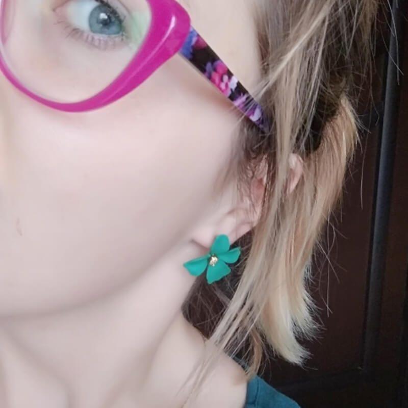 zeleni uhani v obliki rože na ženski