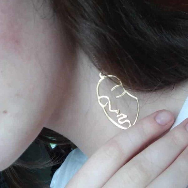 zlati dolgi uhani modni obraz