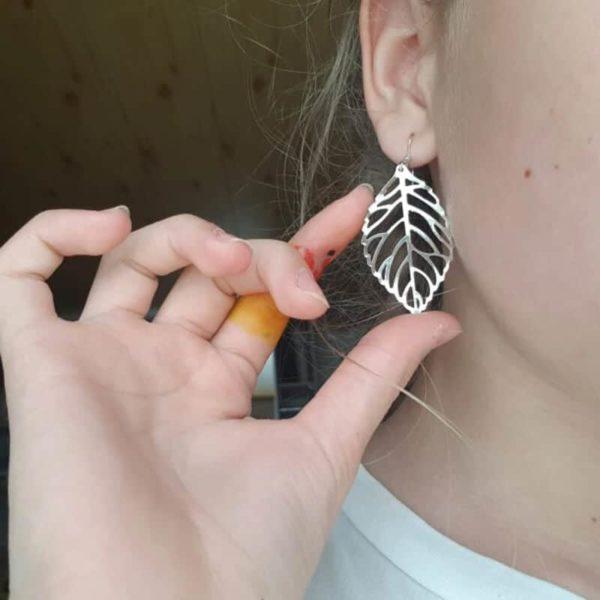 viseči uhani lisja v srebrni barvi