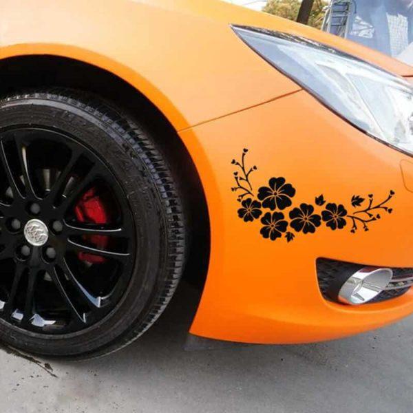 črna nalepka za avto rože na avtomobilu