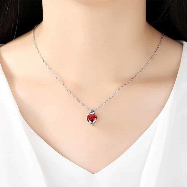 kristalna verižica rdeče barve s kristalom