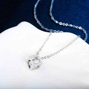 moderna verižica za ženske srebrna barva z dodanim kristalom v kocki