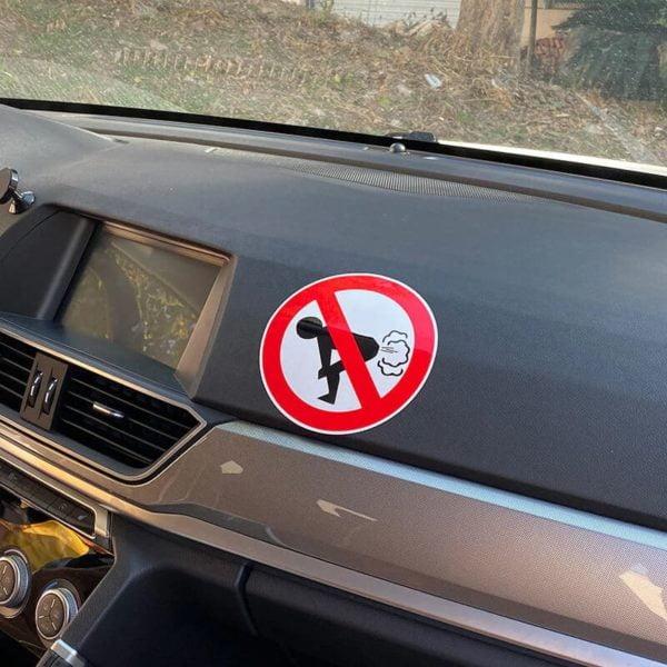 nalepka za avto prepovedan prdec