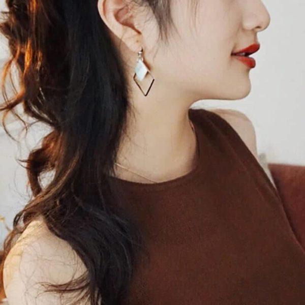 Minimalistični uhani z belim karo obeskom