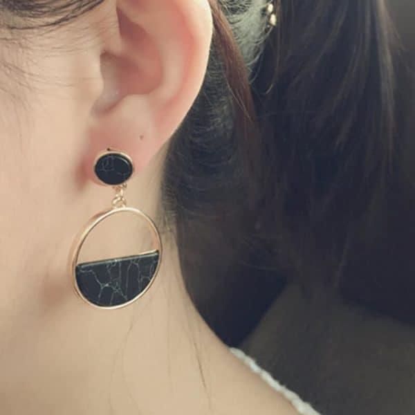 Okrogli zlati uhani črna barva