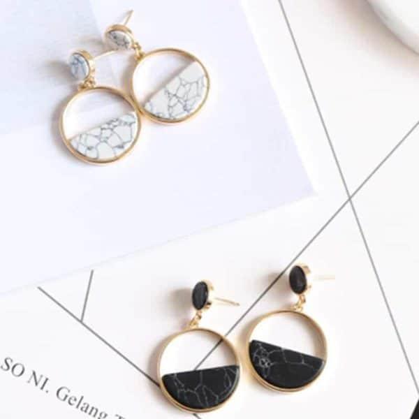 Okrogli zlati uhani črno bela barva