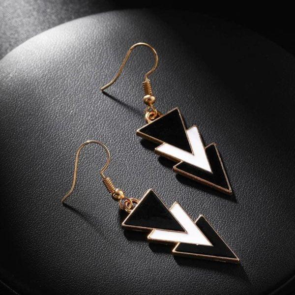 Viseči uhani črno beli trikotnik
