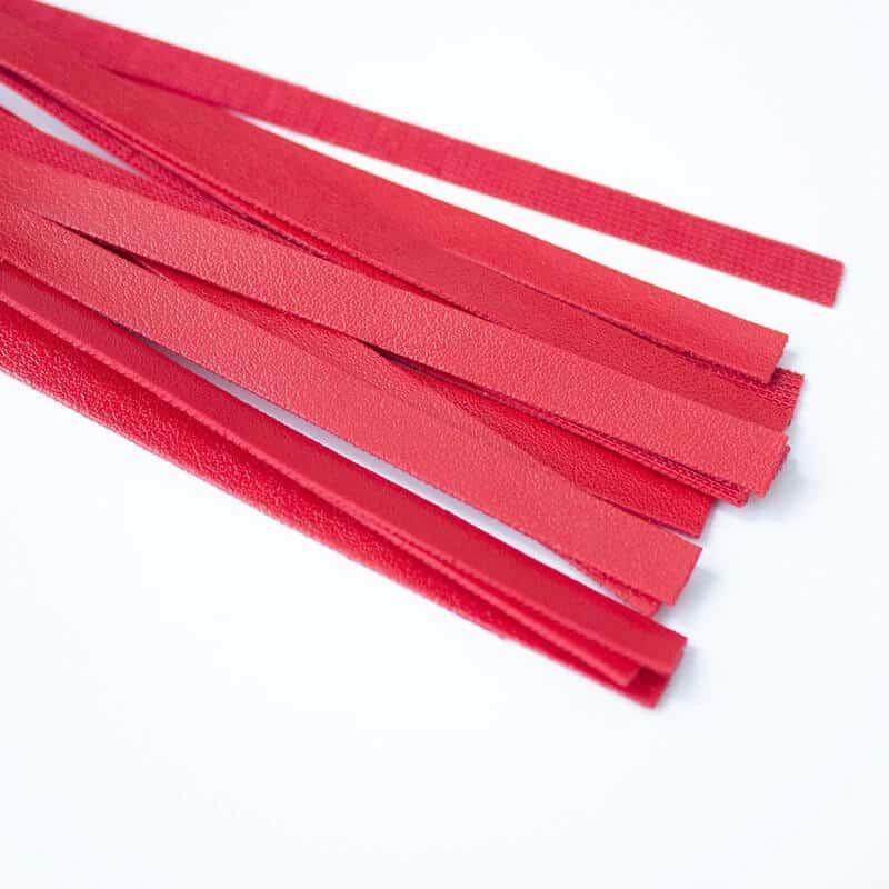 konice usnjenega biča rdeče barve
