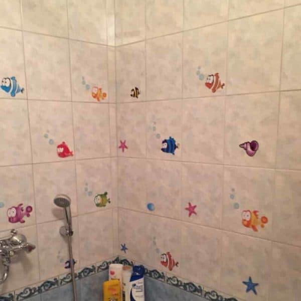 Stenska nalepka z motivom veselih ribic kopalnica