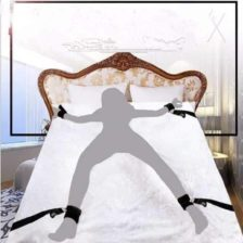 Bondage igrača za zvezanje ženske na posteljo
