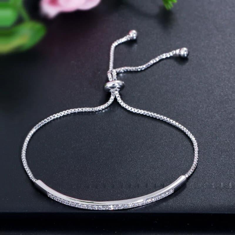 decentna zapestnica z diamantki srebrna