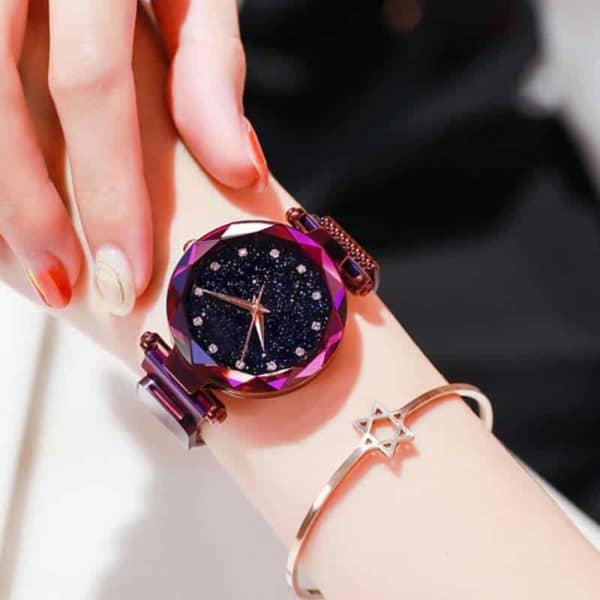 ženska ura z magnetnimi pasovi