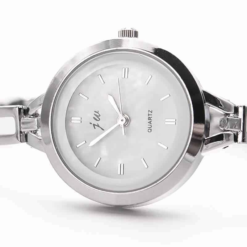 modna ženska ura srebrne barve s srebrnimi kazalci