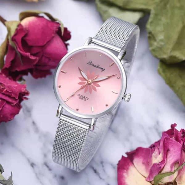 ženska srebrna ročna ura z roza notranjostjo