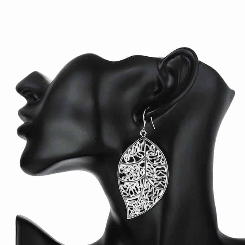 modni uhani srebrne barve listje