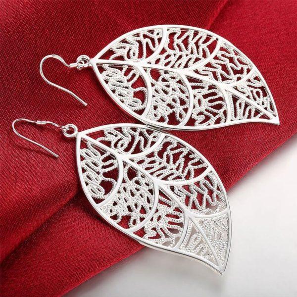 ženski srebrni uhani listje