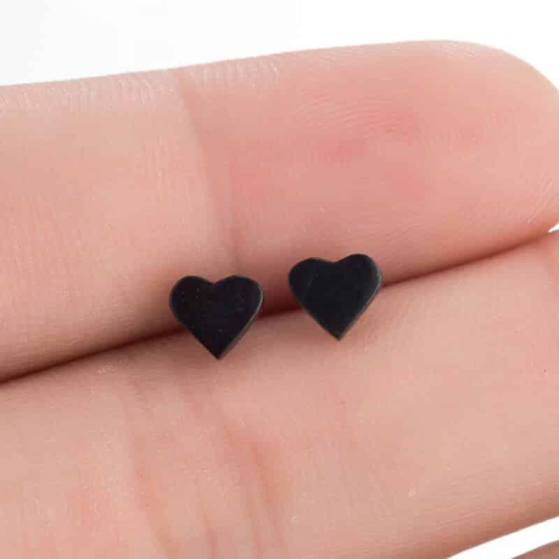 Mali modni uhani srce črne barve