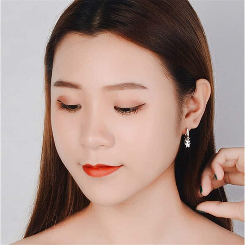 modni uhani zvezdice na ženski