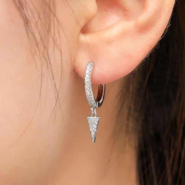 trikotni srebrni uhani z diamanti